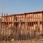Initialement destinés à être offerts gratuitement aux habitants de Soweto, ces logements sont en réalité soumis à un loyer que les habitants n'ont pas les moyens de payer. Ces habitations sont inhabitées et se dégradent au fil des ans. Un beau gâchis.