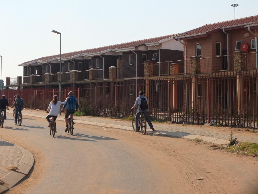 Initialement destinés à être donnés aux habitants de Soweto, ces logements sont en réalité soumis à un loyer que les habitants n'ont pas les moyens de payer. Ces habitations sont inhabitées et se dégradent au fil des ans. Un beau gâchis.
